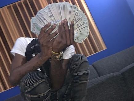 גנב עשרות אלפי דולרים ונתפס לאחר שהעלה תמונות לרשת