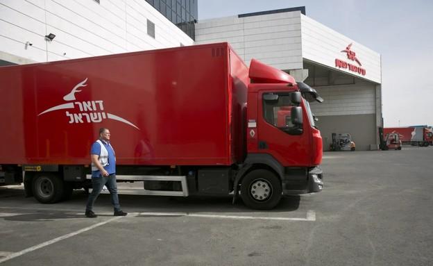 משאית של דואר ישראל במרכז המיון במודיעין (צילום: עופר וקנין, TheMarker)