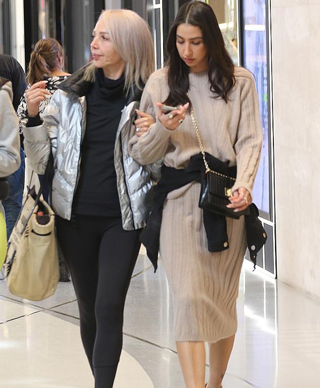 שני גולדשטיין ואמא שלה פפראצי, דצמבר 2019
