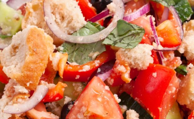סלט עגבניות ולחם איטלקי (צילום: Olga Nayashkova, Istock)
