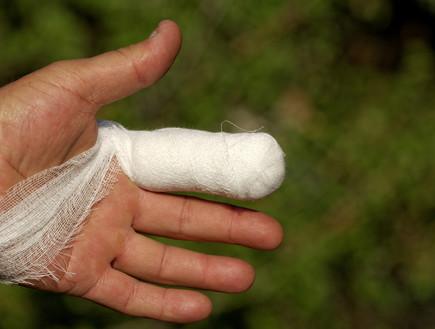 אצבע חבושה – אילוסטרציה (צילום: NagyDodo, ShutterStock)