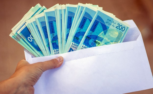 מעטפה עם כסף מזומן (צילום: Igal Vaisman, shutterstock)