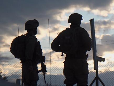 חיילים מוצללים בגדר אילוסטרציה