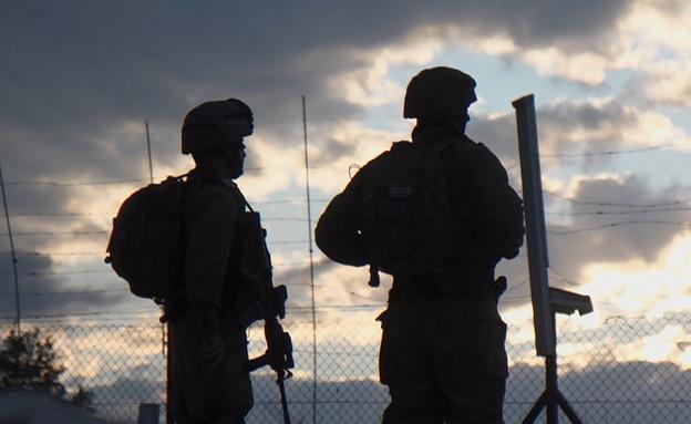 חיילים מוצללים בגדר אילוסטרציה (צילום: החדשות 12)
