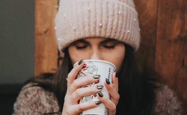 אישה שותה קפה (צילום:  Sorin Sîrbu, Unsplash)
