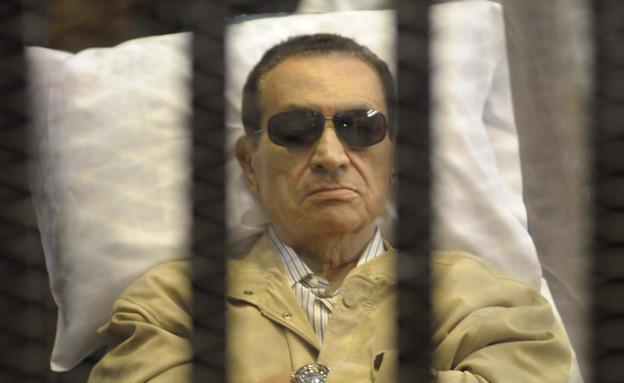 מובארק על מיטת חוליו – בכלא (צילום: AP)