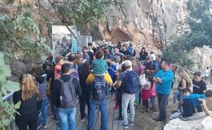 מטיילים בנחל מערות (צילום: מתן כרמל, רשות הטבע והגנים)