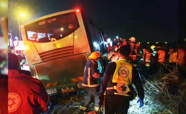 תאונת האוטובוס שנפגע מבטונדה (צילום: דוברות הצלה-פתח תקווה)