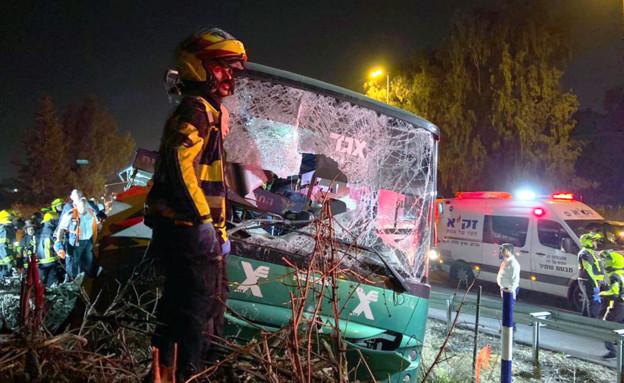 תאונת האוטובוס שנפגע מבטונדה (צילום: אביב הרץ, TPS)