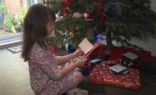 ילדה קוראת ברכה חג מולד (צילום: sky news)