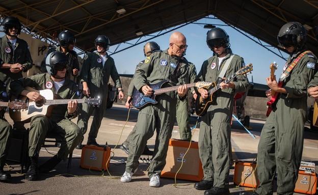 """כשאבי סינגולדה ניגן עם בוגרי קורס טיס 179 (צילום: דובר צה""""ל , מתוך """"חדשות הבוקר"""" עם ניב רסקין)"""