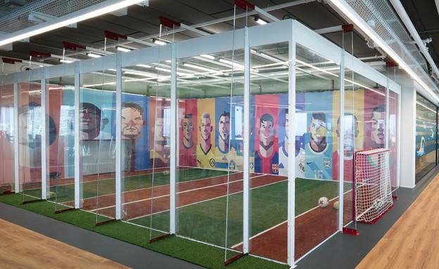 מגרש כדורגל במשרד (צילום: עוזי פורת)