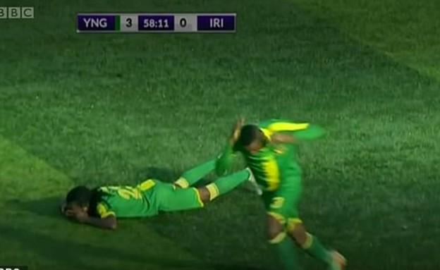 שחקני הכדורגל נשכבו על המגרש בגלל דבורים (צילום: BBC)