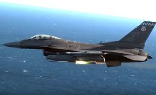 F-16 יורה טיל (צילום: חיל האוויר האמריקאי)