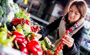 אישה קונה ירקות (צילום: Goran Bogicevic, shutterstock)