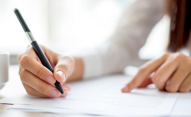 אישה חותמת אילוסטרציה (צילום: Mangostar, Shutterstock)