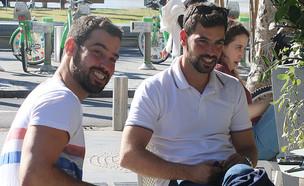 עמרי בן נתן ואחיו התאום מבלים, דצמבר 2019 (צילום: פול סגל)