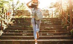 אישה עולה במדרגות (צילום:  Dean Drobot, shutterstock)
