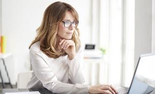 אישה עובדת (צילום: By Kinga, shutterstock)