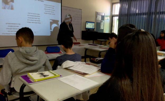 שירי עידן רייכל - בשיעור ספרות ברמלה (צילום: החדשות 12)