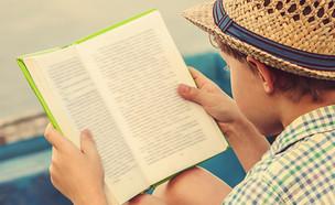 ילד קורא ספר (צילום: Soloviova Liudmyla, Shutterstock)