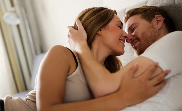 זוג שמח במיטה (צילום:  nd3000, shutterstock)