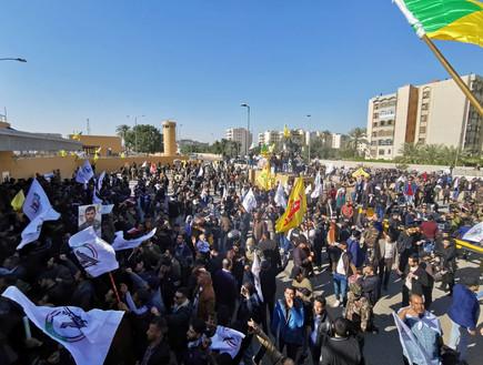 מפגינים בעיראק פרצו לשגרירות ארה