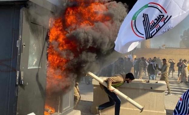 ההסתערות על השגרירות האמריקנית (צילום: SKY NEWS, החדשות 12)