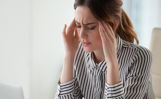 כאב ראש, הנגאובר במשרד (צילום: By fizkes, shutterstock)