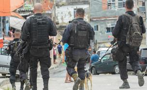 שוטרים בפבלה בריו (צילום:  Photocarioca, shutterstock)