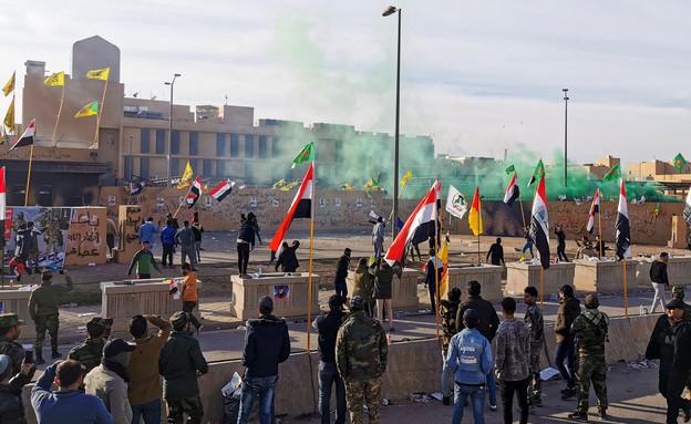 המהומות מול שגרירות ארצות הברית בעירק (צילום: רויטרס)