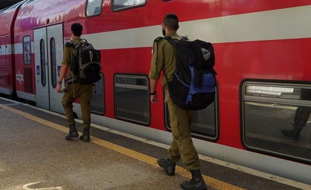 """חיילים ברכבת (צילום: דובר צה""""ל , אתר צה""""ל)"""