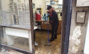 בעלי העסקים מתאוששים מהסערה (צילום: החדשות 12)