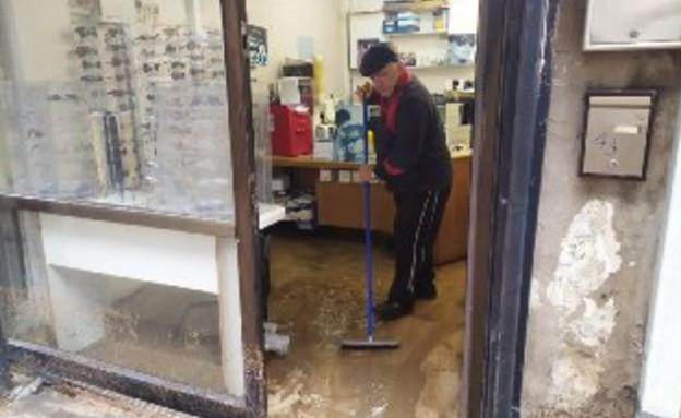 בעלי העסקים מתאוששים מהסערה (צילום: חוסין אל אוברה)
