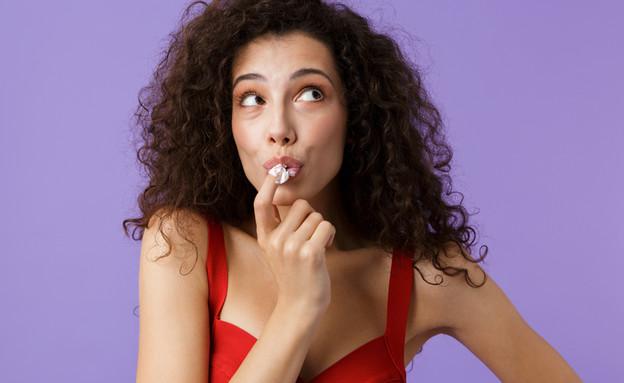 אישה אוכלת קצפת (צילום:  Dean Drobot, shutterstock)