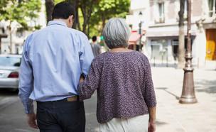 גבר צועד עם אישה מבוגרת (אילוסטרציה: Image Point Fr, shutterstock)
