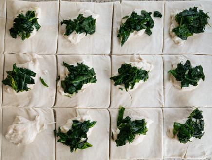 ריבועי בצק עם גבינת קשיו ותערובת ירוקים