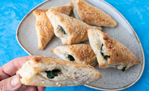 בורקס גבינת קשיו ירוקים - מחברת המתכונים הטבעוניים (צילום: אורי שביט, אוכל טוב)