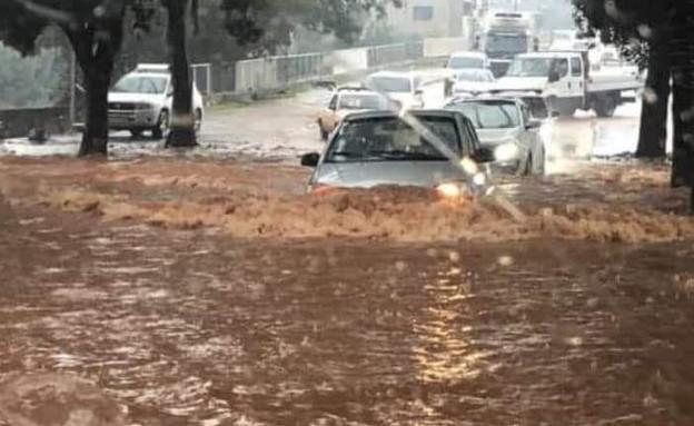 נהריה מוצפת: רכבים בכביש המוצף (צילום: החדשות 12)