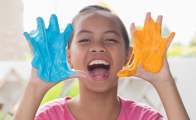 ילדה משחקת עם סליים (אילוסטרציה:  jarabee123, shutterstock)