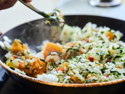 מוסיפים את האורז ומערבבים