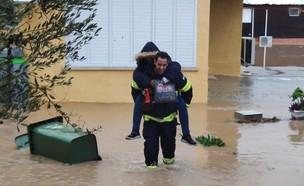 חילוץ תושבים מבית מוצף בקרית מלאכי (צילום: להב אלקנה ביטון, דוברות כבאות והצלה תחנה אזורית אשדוד)