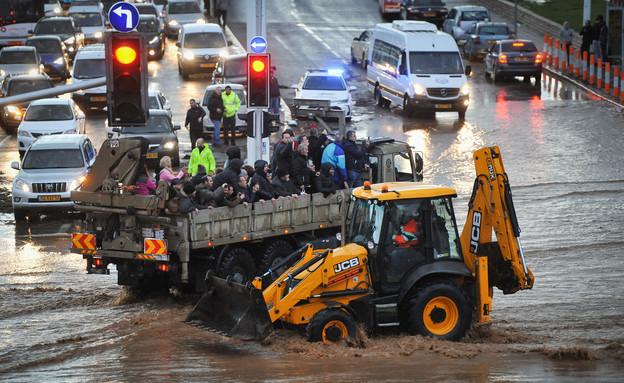 חילוץ אזרחים בהצפה בנהריה (צילום: מאיר ועקנין, פלאש 90)