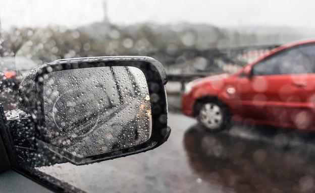 מראת צד רכב בגשם (צילום: shutterstock By Sklo Studio)