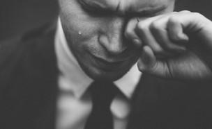 גבר מנגב דמעות  (אילוסטרציה: tom pumford, unsplash)
