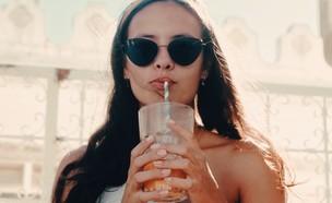 אישה שותה (צילום:  Zino de Groot on Unsplash)