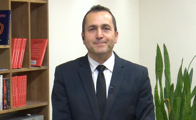 """עו""""ד של כרמל מעודה הודיע על התפטרותו (צילום: מתוך """"חי בלילה"""", קשת 12)"""