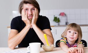 אבא תשוש בארוחת בוקר עם בתו (אילוסטרציה: juninatt, shutterstock)