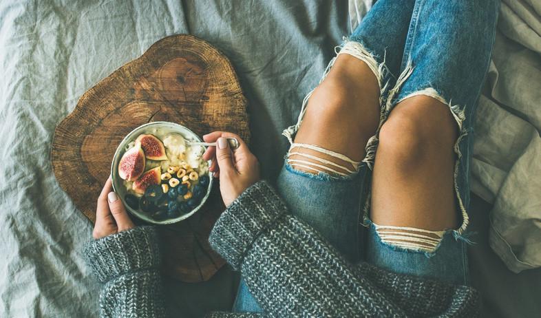אישה אוכלת ארוחת בוקר (צילום:  Foxys Forest Manufacture, shutterstock)