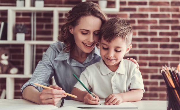 אימא מלמדת את הבן שלה (צילום: VGstock studio, shutterstock)